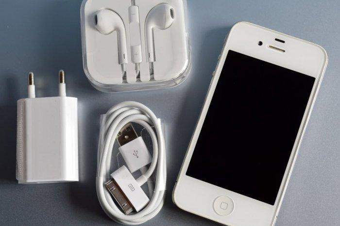 Ilustračný obrázok k článku Máte iPhone? Pribalený KÁBLIK k mobilu vás môže obrať o súkromie aj o peniaze!