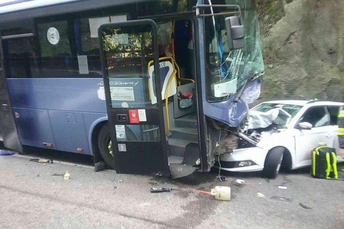 Ilustračný obrázok k článku Autobus v Strečne v protismere: Zrážka s autami, záchranári ratujú zranených! FOTO