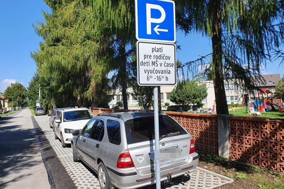 Ilustračný obrázok k článku Autá zavadzali pred bránami domov: V Mikuláši vyriešili dlhodobý parkovací problém