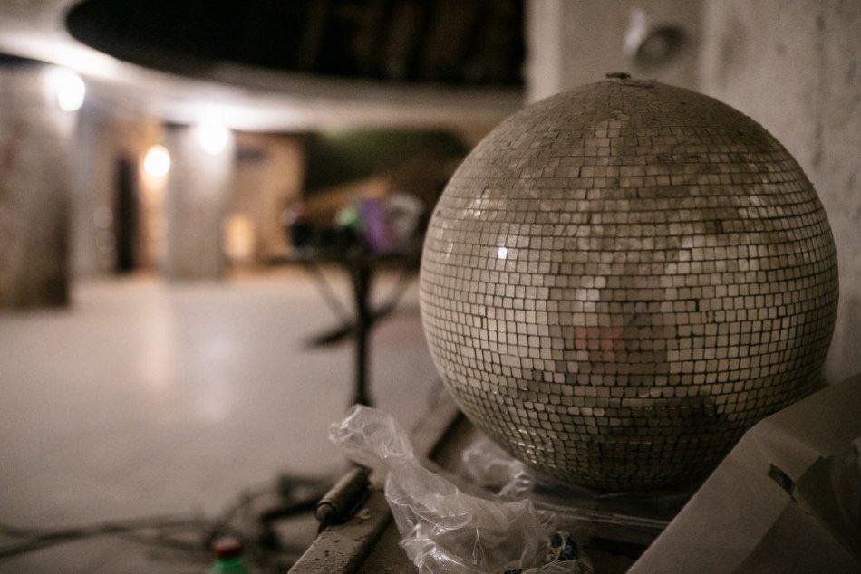 Ilustračný obrázok k článku Zaprášené diskogule v PARÁDNOM priestore: Podarí sa vzkriesiť ďalšiu LEGENDU Bratislavy?