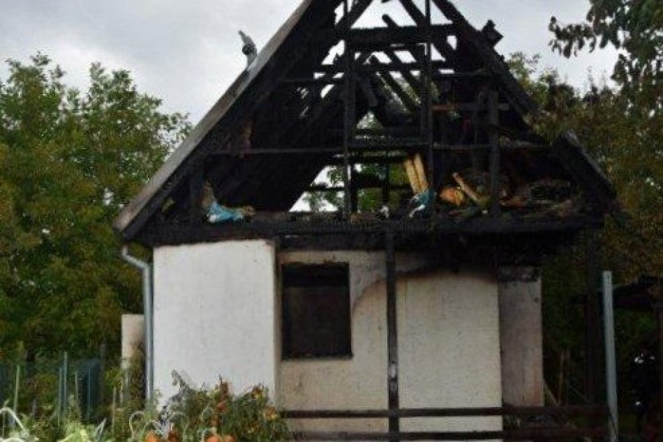 Ilustračný obrázok k článku Chatky sa ocitli v plameňoch: Recidivista bol chytený priamo pri čine, FOTO