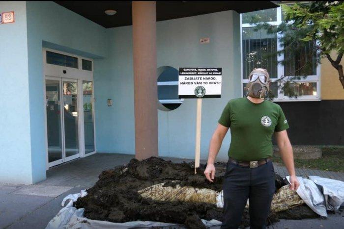 Ilustračný obrázok k článku Mikas si pred úradom našiel kopu HNOJA s odkazom od kotlebovcov: Zabíjate národ!