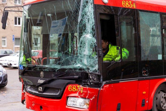 Ilustračný obrázok k článku Kolízia autobusu MHD paralyzovala dopravu a TRI osoby skončili v nemocnici
