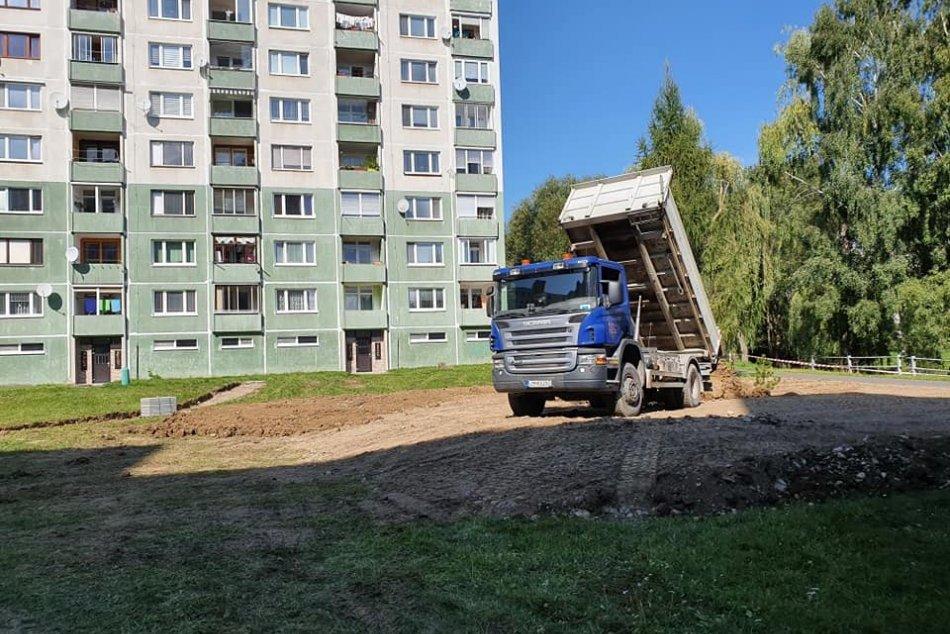 Ilustračný obrázok k článku Pustý priestor medzi panelákmi na Podbrezinách čaká premena: Čo tu vznikne? FOTO