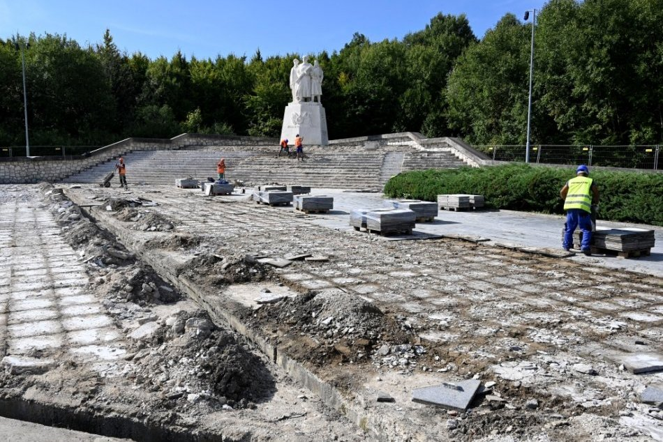 Ilustračný obrázok k článku Okolie pamätníka na Dargove začali opravovať. Odhalili nemilé prekvapenia, FOTO