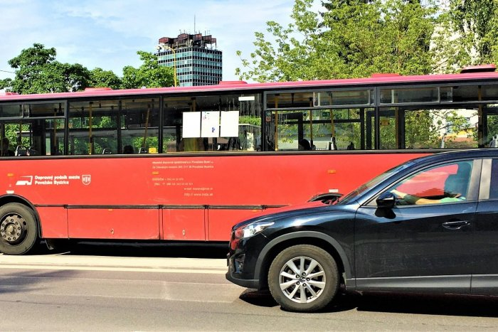 Ilustračný obrázok k článku Považskú čaká dopravný ARMAGEDON: V centre nezaparkujete, náplasťou MHD zadarmo