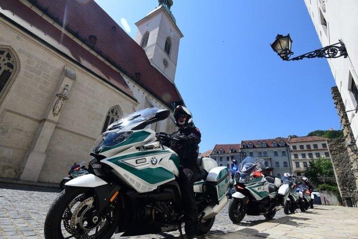 Ilustračný obrázok k článku Z centra Bratislavy zmizlo viacero LAVIČIEK aj smetné KOŠE. Dôvodom je návšteva pápeža
