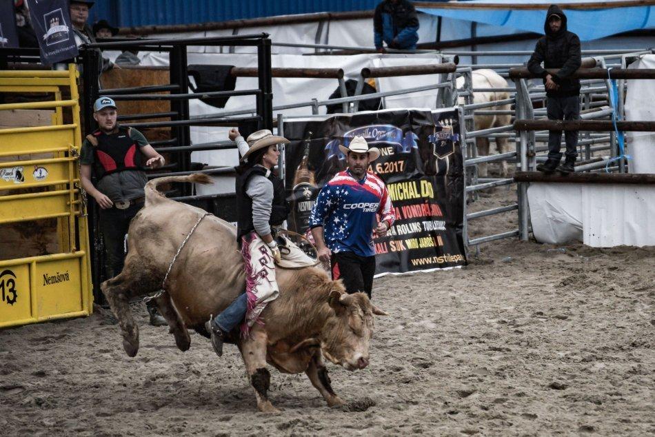 Ilustračný obrázok k článku Revúčanka Timea má poriadnu guráž: V jazde na býkoch si meria sily s mužmi, FOTO