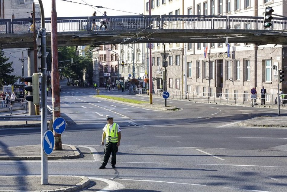 Ilustračný obrázok k článku Vydržte ešte 1 deň dopravného CHAOSU! Ako poznačí presun pápeža CESTY v Bratislave?