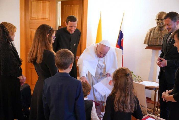 Ilustračný obrázok k článku Pápež je vnímavý! Hegerov syn mal rozviazané šnúrky na topánke, Svätý Otec to hneď napravil!