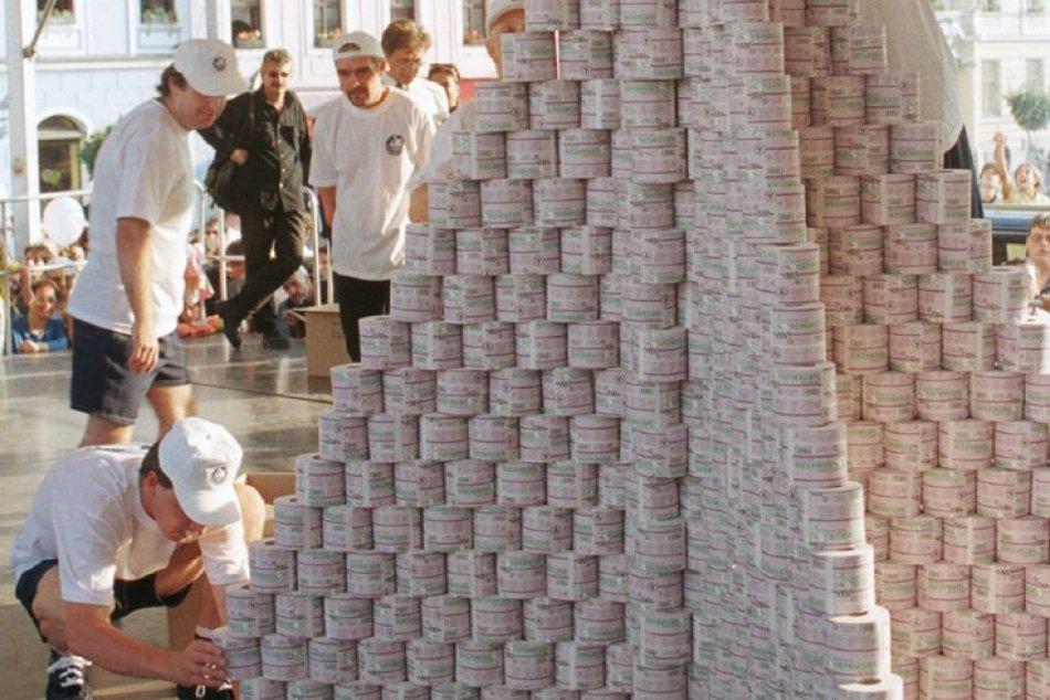 Ilustračný obrázok k článku Spomínate si na KURIOZITU spred 22 rokov? V Bystrici vyrástla rekordná pyramída, FOTO