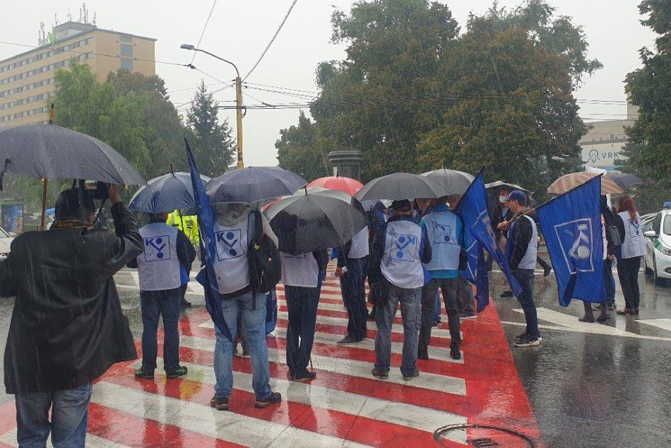 Ilustračný obrázok k článku Vodiči potrebovali pevné nervy: Odborári v Poprade blokovali dopravu