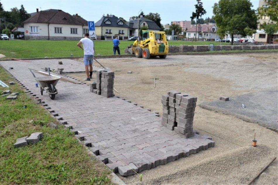 Ilustračný obrázok k článku Pred úradom je stavebný ruch. Kedy zaparkujete na novom parkovisku? FOTO