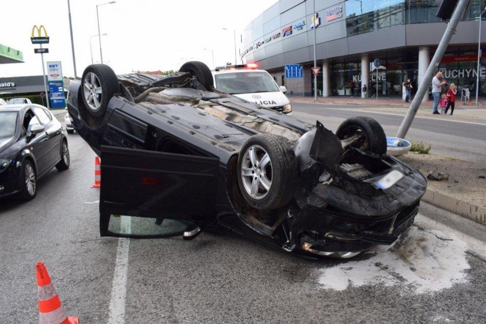 Ilustračný obrázok k článku Trnavčan narazil do semaforu: Auto skončilo na streche! FOTO
