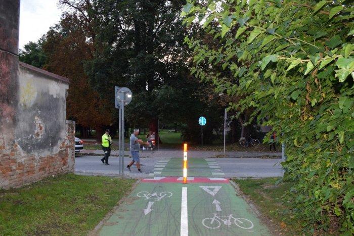 Ilustračný obrázok k článku Zrážka s autom stála staršieho cyklistu život: Polícia hľadá svedkov nehody