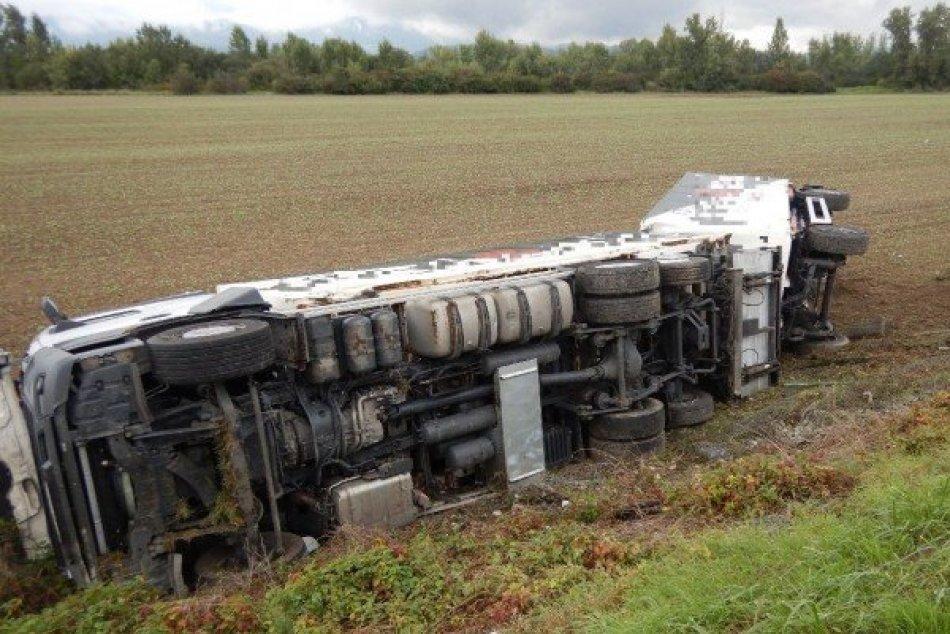 Ilustračný obrázok k článku Dopravu z diaľnice museli odkloniť: Pri nehode kamióna sa zranil vodič, FOTO