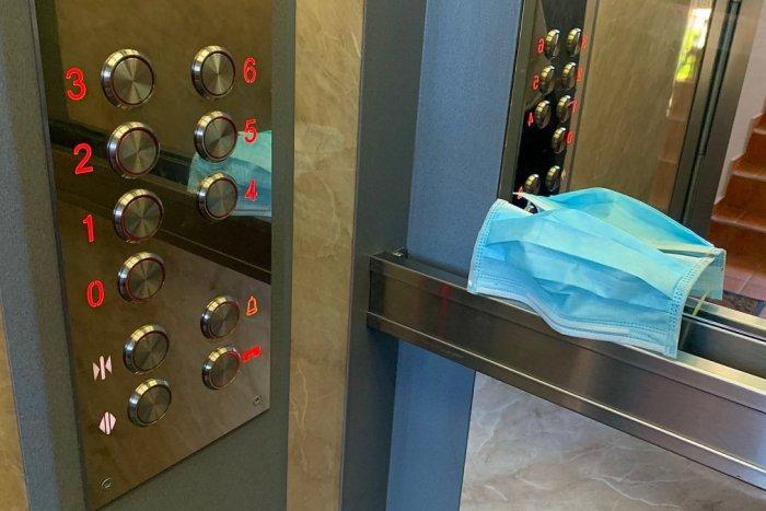 Ilustračný obrázok k článku Odkaz hygienikov: Žijete v bytovkách a panelákoch? NOSTE rúška a výťahom sa VYHNITE!