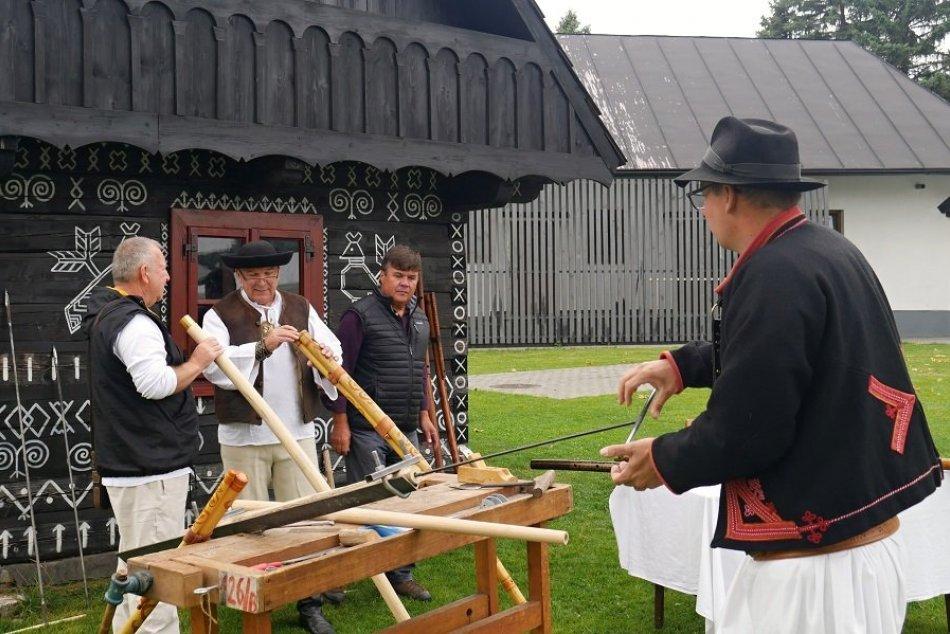 Ilustračný obrázok k článku Čičmany ožívajú krásnou tradíciou: Zišli sa tu fujaristi z celého Slovenska, FOTO