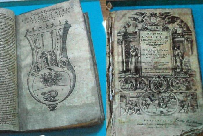 Ilustračný obrázok k článku Prasklo to až po rokoch: Kvôli alchymistickej knihe spravil pár takmer nemožné!