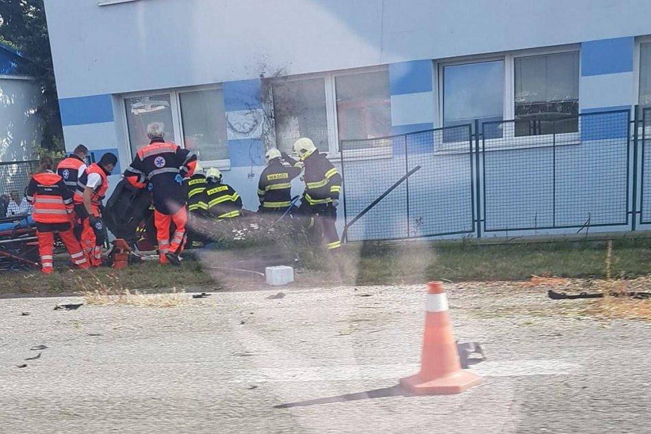 Ilustračný obrázok k článku Pri Bystrici skončilo auto mimo cesty: Hasiči ratujú 2 zakliesnené osoby, FOTO
