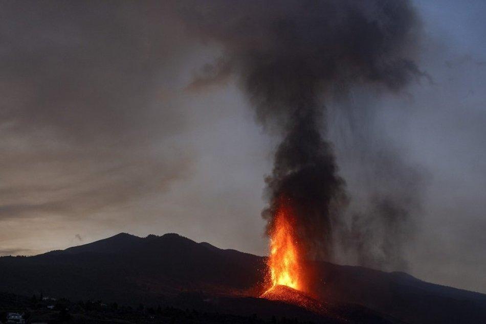 Ilustračný obrázok k článku Nad strednú Európu mieri oblak zo sopky La Cumbre Vieja. Hrozia Slovensku kyslé dažde?
