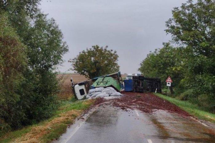 Ilustračný obrázok k článku Trnavská polícia upozorňuje na havarovaný kamión: Úsek je neprejazdný!