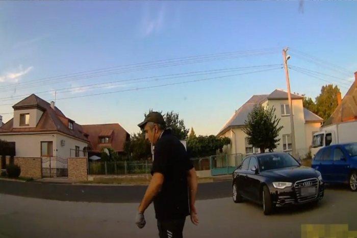 Ilustračný obrázok k článku VIDEO: Poznáte ho? Neznámeho muža hľadajú pre krádež v Michalovciach!