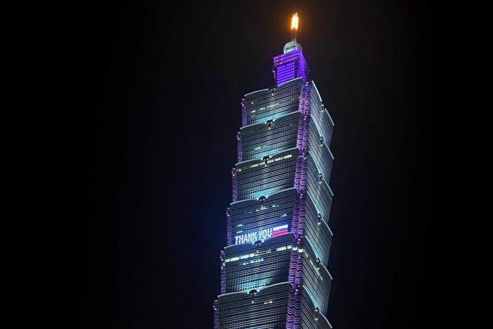 Ilustračný obrázok k článku Na mrakodrape v ďalekom Taiwane ĎAKOVALI Slovensku: Môžu za to darované vakcíny!