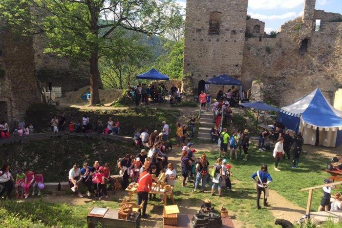 Ilustračný obrázok k článku Stredoveký deň na Považskom hrade: Vyskúšať si môžete historické remeslá