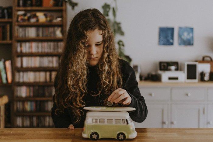 Ilustračný obrázok k článku Nekonečná dilema rodičov: Kedy dať dieťaťu prvé VRECKOVÉ a koľko by to malo byť?