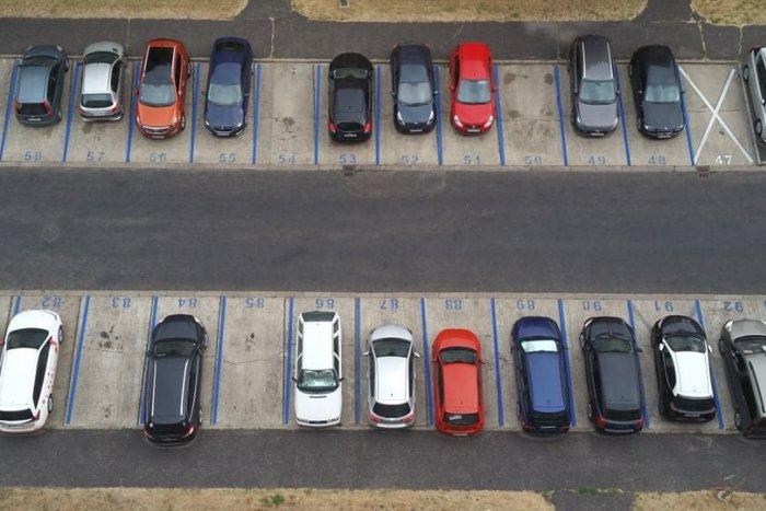 Ilustračný obrázok k článku Pravidlá v Petržalke: Kedy môžu návštevníci mestskej časti parkovať ZADARMO?