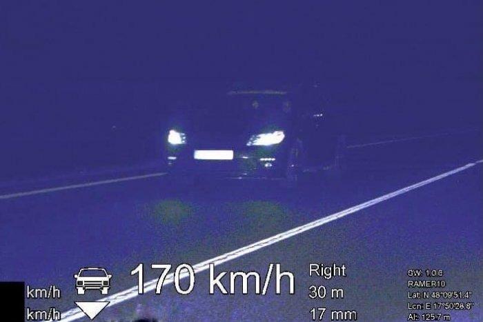 """Ilustračný obrázok k článku Šalianski policajti odhalili nočného """"pretekára"""": Rýchlosť prekročil o 100 km/h!"""