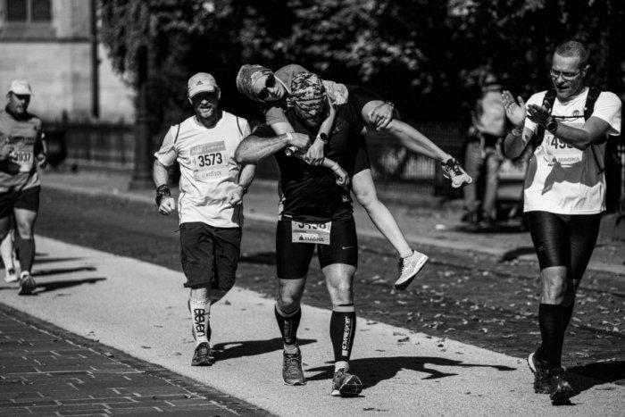 Ilustračný obrázok k článku Policajt HRDINOM maratónu: Zranenej bežkyni splnil sen, pochválil ho aj Mikulec