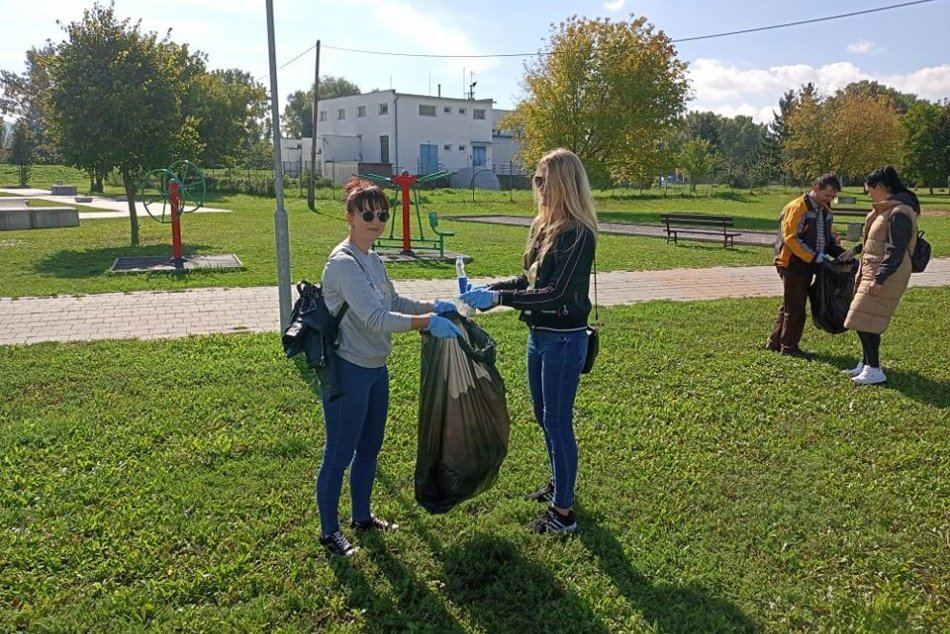 Ilustračný obrázok k článku Rukávy si vyhrnuli aj zamestnanci úradu: Zobrali vrecia a vyzbierali odpad, FOTO