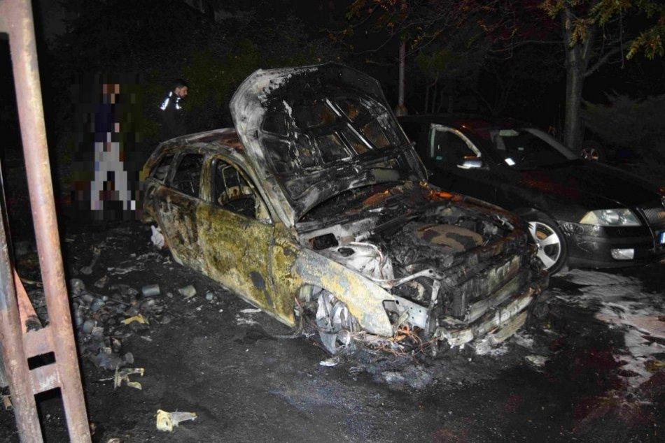 Ilustračný obrázok k článku Vyčíňanie ohňa na bystrickom sídlisku: Požiar zničil 2 autá, ďalšie 4 poškodil, FOTO