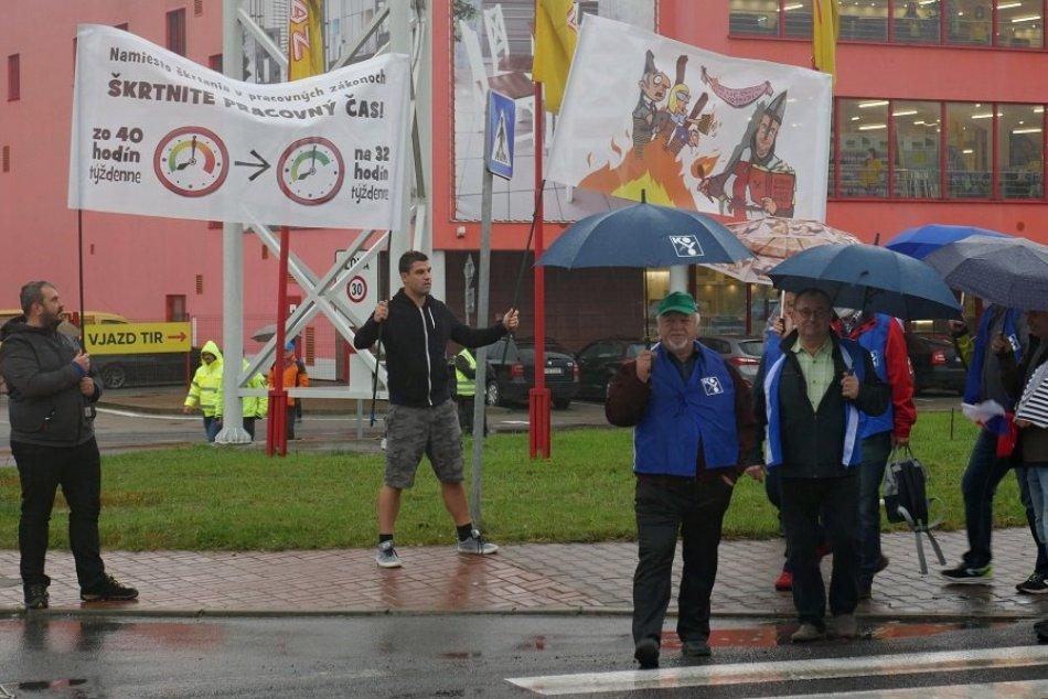 Ilustračný obrázok k článku Odborári zablokovali cestu v Žiline: Štrajkujúcich neodradil ani dážď, VIDEO