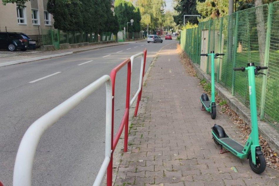 Ilustračný obrázok k článku Dvojica mladíkov si v Prievidzi zarobila na problém: Na kolobežkách jazdili opití, FOTO