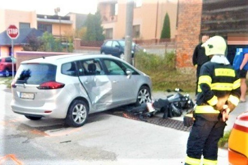 Ilustračný obrázok k článku Zrážka auta s motocyklom: Vo Sverepci sa zranilo 18-ročné dievča, FOTO