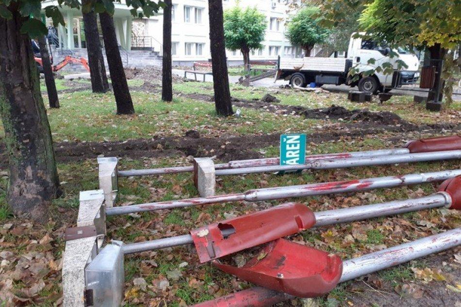 Ilustračný obrázok k článku Nové lavičky, lampy a aj zeleň: Priestor pred poliklinikou vynovia, FOTO