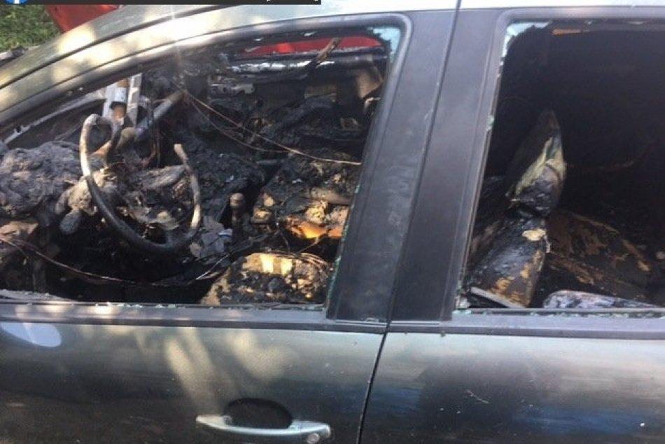 Ilustračný obrázok k článku Podpaľač skončil v rukách polície: Dve autá zhoreli do tla, FOTO