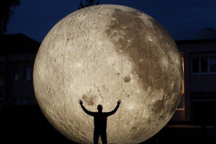 Ilustračný obrázok k článku Planetárium oslavuje, Žiarčanom prichystalo darček: Ulice mesta rozžiari obrovský model Mesiaca