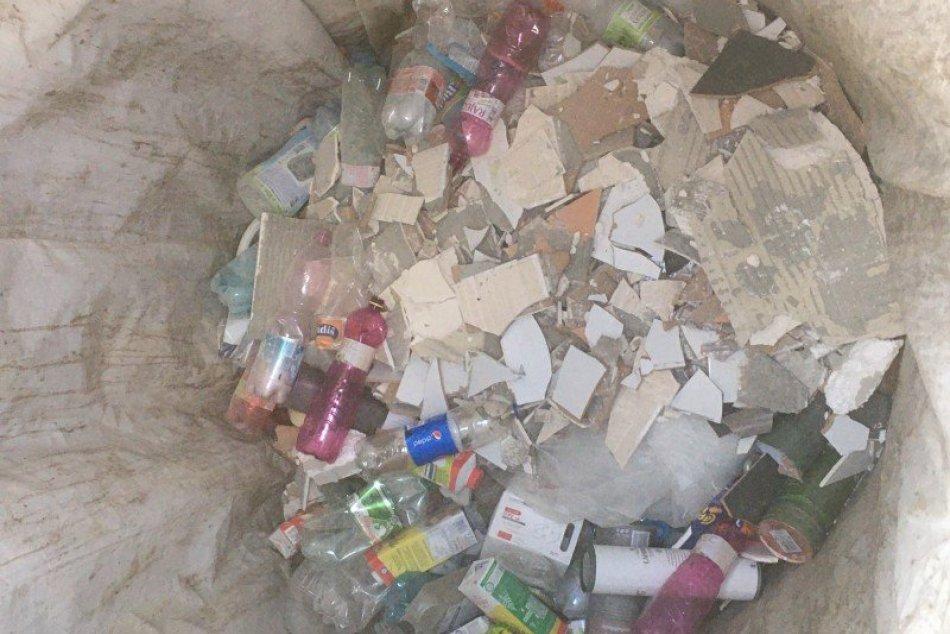 Ilustračný obrázok k článku Večan nahádzal stavebný odpad do kontajnerov: Za chybu zaplatil mastnú pokutu