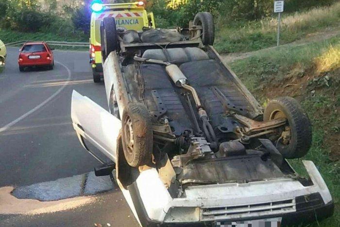 Ilustračný obrázok k článku Nehoda v Bojniciach: Auto prevrátené na streche, jeden zranený