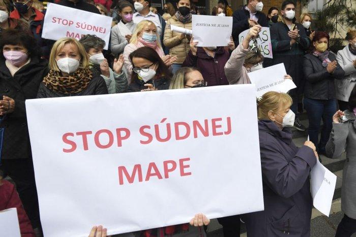 Ilustračný obrázok k článku Prídu Topoľčany o svoj súd? Protest sudcov a zamestnancov podporila aj primátorka