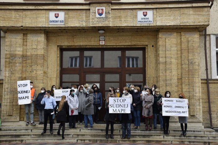 Ilustračný obrázok k článku Prostest v centre Ružomberka: Desiatky zamestnancov súdu vyrazili do ulíc