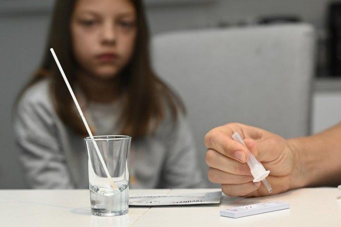 Ilustračný obrázok k článku Rodičia žiakov budú ďalej dostávať samotesty. Blíži sa prvý týždeň v ČIERNEJ farbe!
